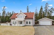 Åsgreina-Nannestad - Nyere og lekker enebolig med dobbel garasje i naturskjønne omgivelser-Flytt rett inn