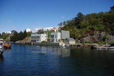 UNIK MULIGHET !! 2 eksklusive moderne prosjekterte eneboliger like i vannkanten med egen brygge. Mulighet for egne valg.