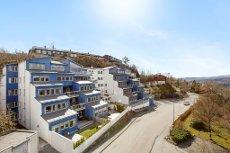 Stor og innholdsrik leilighet med høy og solrik beliggenhet - terrasse på 36 m2 med nydelig utsikt - 2 garasjeplasser