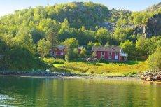 Flott beliggende fritidseiendom i Bølefjorden med hovedhus, utleiehytte og uthus. Romslig eiendomstomt med strandlinje.