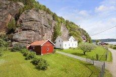 SØR KROK/SVELVIK -Unik mulighet. Herlig beliggende eiendom. To gnr/bnr Solrikt, vestvendt og barnevennlig ved sjøen.