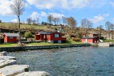 Skjold/Tosvollvika - BUD FORELIGGER! Hytte med naust og lang sjølinje til Ålfjorden Støpt brygge og båtopptrekk