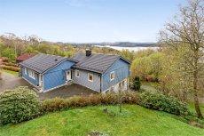 Pen enebolig med utleieleilighet (kr. 10 000,- i leieinntekt) sentralt på Lindås. To garasjer og carport.