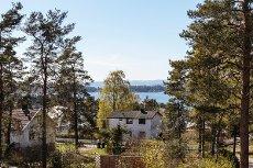 SON: Høyereliggende boligtomt med fjordutsikt. Tilbaketrukket, gode solforhold, familievennlig. Nært sentrum