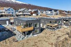 Helt ny og påkostet moderne bolig med flott utsikt, dobbel garasje og adskilt hybel.