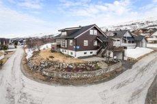 Se bolig/ videovisning på eiendommens hjemmeside- Kvaløysletta - Enebolig. Beliggende på hjørnetomt med leilighet i underetasjen