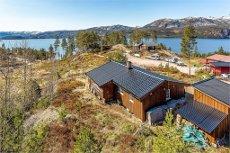 Høyt beliggende hytte, med kort vei til badestrand og skiløyper. Innlagt vann/avløp