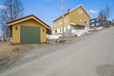 Se video-/boligvisning på eiendommens hjemmeside. Sentrumsnær enebolig med utleie, garasje og romslig tomt.