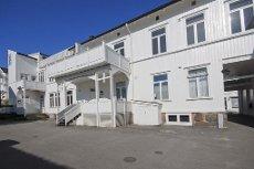 """TØNSBERG SENTRUM; Lys eierleilighet i """"høy 2. etasje"""" i rolig bygård m/sydvendt terrasse og høye himlinger"""