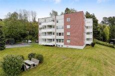 Sentrumsnært, Tiltalende og nyoppusset 3-roms leilighet med flislagt bad og praktisk kjøkken