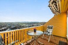 Meget pen 3-roms selveier over to plan. To altaner med panoramutsikt og gode solforhold. Parkering i garasje.