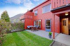 Rekkehus med 4 soverom i Rognstunet. Barnevennlig og bilfritt indreområde! NY PRIS!
