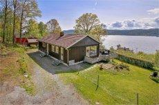 Gjerdal: Enebolig med idyllisk beliggenhet ett steinkast fra vannet på solrik tomt. Dobbelgarasje Usjenert beliggenhet.