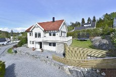 Son: Innholdsrik enebolig beliggende i et barnevennlig område- 4 (5) sov- 2 bad- Loftstue- Solrikt- God standard