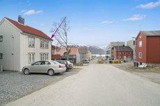 Visning onsdag . 27 mai kl 18- Se boligvisning på eiendommens hjemmeside. 2- roms selveier m/ parkering.