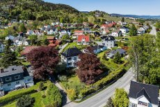 NØSTE - Klassisk ærverdig villa med meget attraktiv beliggenhet. Dobbeltgarasje - pent opparbeidet hage - flott utsikt.