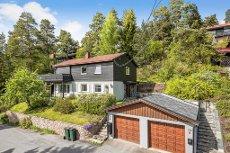 BRAGERNES/ BRÅTAN - Flott beliggende enebolig med garasje. Nyere bad og kjøkken - solrikt - nær marka.