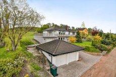 SKOGER/FAGERHEIM - Velholdt, stor og innholdsrik enebolig 3 garasjer, solrik og landlig beliggenhet