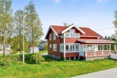 Spikkestad: Sjarmerende enebolig med gårdstun Beliggende sentralt på Spikkestad med kort vei til det meste.