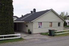 AURSKOG: Enebolig i kjede med carport - Koselig kjøkken og peisovn i stue - Solrikt og barnevennlig - ENDEBOLIG