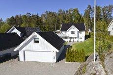 Son - Lekker enebolig med god standard og innholdsrik planløsning. Dobbel garasje m/isolert og innredet hems.