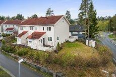 Solrikt og barnevennlig enderekkehus på Åsheimskog/Rasta. Store terrasser, garasje og meget sentralt
