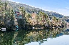 Koselig hytte i fredelig & naturskjønne omgivelser Beliggende på en øy- Strandlinje til ferskvann.