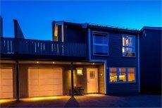 VARDEFJELLET - Attraktiv ½-part av vertikaldelt tomannsbolig m/solrik takterrasse og garasje. Meget barnevennlig!
