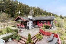 Fantastisk fritidseiendom med nydelig utsikt til Steinsfjorden. Vesentlig oppgradert og påkostet eiendom. Eget båtfeste.