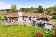 Tveiterås - Enestående villa med stor tomt og usjenert beliggenhet.