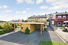 Hårkollen - Nøtterøy. Andelsrekkehus over 3 plan - 3 soverom - utsyn til sjø fra balkong - carport - hageflekk/naturtomt
