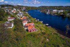 Arendals gamle arresthus på Haugerød - idyllisk beliggenhet ved elven med egen brygge og i enden av blindvei!