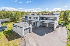 Norrøna - Tromsøya Vest - Selveierleilighet over to plan med garasje, høy bokvalitet, bygd 2009. Vestvendt veranda på 15kvm og østvendt terrasse på 42kvm.