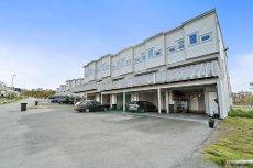 VISNING 07.07 kL 17:45! - Storelva - Enderekkehus i barnevennlige omgivelser! Carport og god standard. Mulighet for hybel.