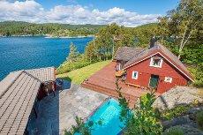 Hytte med strandlinje - Flott sted med fantastisk utsikt, basseng, sol & brygge