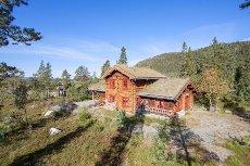 Visning 30/8 kl 13-14 - NOREFJELL/SOLESETRA (EGGEDAL) - Flott laftet tømmerhytte (2005) m/utendørs massasjebad på solrik tomt!
