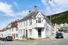 SANDVIKEN - Bolighus med stor leilighet, altan, næringslokale og hybel