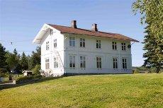 8 mil fra Oslo - Enebolig og skolebygning m/utleieinntekt kr 10.300,- pr mnd - Eneb.: 229 BRA. Næringsbygg: 829 BRA - SØR-ODAL