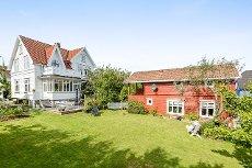 Sjelden mulighet! Nydelig sveitservilla og godkjent sidebygg med kontor og leilighet!