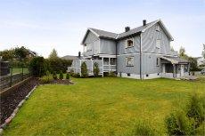Horten/Holtan Syd Utbygget pen 2. etasje i tomannsbolig med egen garasje, hage og to verandaer.