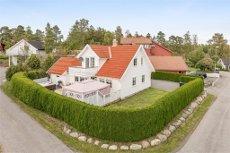 Solløkka - flott enebolig m/høy standard - flislagte bad - 2 stuer - 4 sov -. eget vaske-/dusjrom - garasje m/kontor og loft.