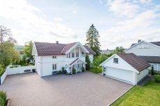 Ask - Flott sveitservilla med dobbelgarasje og anneks. Stor tomt på 1422 kvm, solrik terrasse og pent opparbeidet hage.