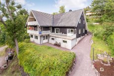 Holmestrand/Gullhaug-Stor innholdsrik enebolig med fin utsikt og flotte solforhold!