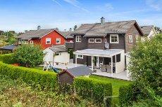 Idylliske Hjellestad! - Gjennomgående høy standard - Nydelig opparbeidet hage - Gode solforhold