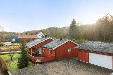 Sundbyfoss - Hof - Flott enebolig på en flate m/utsikt over vannet.