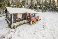 JØMNA - Laftet hytte i landlige omgivelser. Kort vei til servicetilbud. Innlagt strøm.