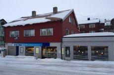 Honningsvåg: Romslig kombinasjons eiendom med 2 leiligheter, et stort loft og cafe/resturant