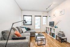 STRANDKANTEN - Pen 2-roms leilighet med god standard, balkong og sjøutsikt