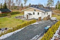 Vestby - Oppgradert enebolig over 2 plan med nyere bad og kjøkken. Stor, flat og solrik hage!
