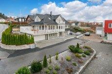 Nyere flott villa med høy standard i barnevennlig område. Dobbel garasje. Sjøutsikt. 5 soverom og 3 bad.